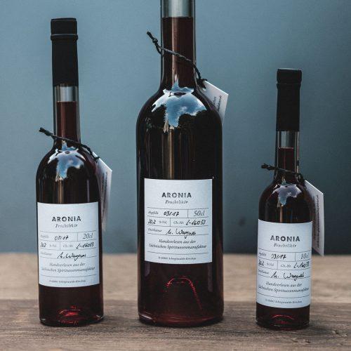 Unser Aronia – Fruchtlikör eignet sich besonders als Aperitif. Sein intensiv herb-säuerlicher Geschmack harmoniert besonders mit einem trockenen Sekt